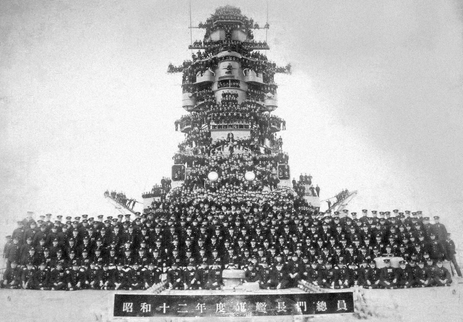 Black and white photo of the battleship hull crowded by Japanese soldiers  IJN battleship Nagato and her all crewmembers. Taken in 1937. (Public Domain)